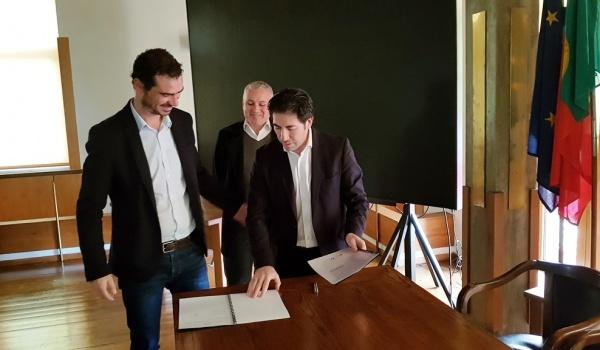 Cerimónia de assinatura de protocolo entre o Município de Terras de Bouro e a Associação Juvenil SYnergia para a criação do Centro de Medicina Desportiva em Terras de Bouro