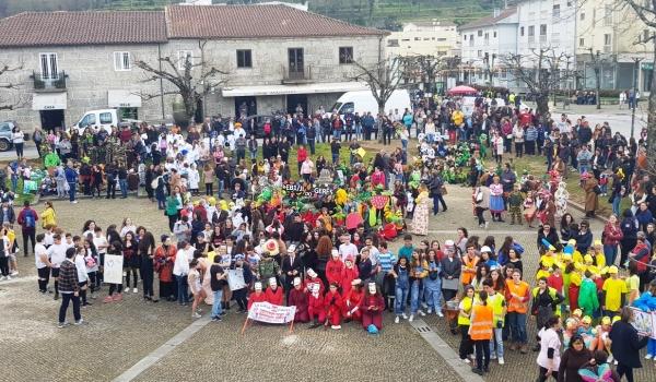 Desfile de Carnaval infantil  coloriu a vila de Terras de Bouro