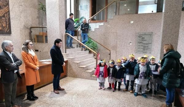Meninos do Jardim de Infância do Gerês cantaram as Janeiras na Câmara Municipal
