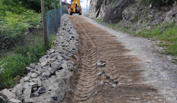 Trabalhos de alargamento da via no lugar de Romão, freguesia de Vilar da Veiga
